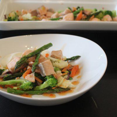 Laks med stekte grønsaker
