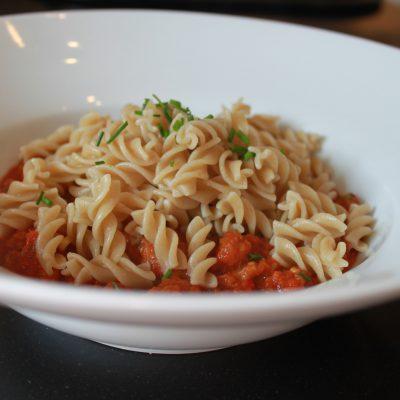 Pasta med tomat- og grønnsaksaus